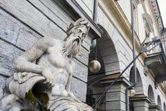Άγαλμα του βασιλιά Ποσειδώνας, του Θεού του γλυκού νερού και της θάλασσας στη ρωμαϊκή θρησκεία - πλατεία Emile Chanoux, Aosta, Ιτ Στοκ Εικόνες