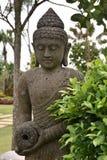 Άγαλμα του Βούδα εκτός από τις εγκαταστάσεις Στοκ Φωτογραφία