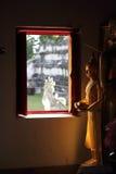 Άγαλμα του Βούδα κοντά στο παράθυρο Στοκ εικόνα με δικαίωμα ελεύθερης χρήσης