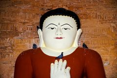 Άγαλμα του Βούδα με τα περιστέρια στο ναό Στοκ εικόνα με δικαίωμα ελεύθερης χρήσης