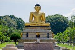 Άγαλμα του Βούδα στο πάρκο Colombo Σρι Λάνκα Viharamahadevi στοκ φωτογραφία με δικαίωμα ελεύθερης χρήσης