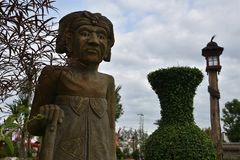 Άγαλμα του ηληκιωμένου στον κήπο Στοκ Εικόνες