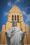 Άγαλμα του Ιησού Χριστού και της εκκλησίας Στοκ εικόνες με δικαίωμα ελεύθερης χρήσης