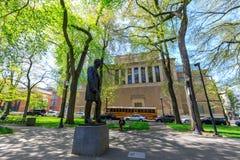 Άγαλμα του Abraham Lincoln, και Μουσείο Τέχνης του Πόρτλαντ, φραγμοί του South Park Στοκ φωτογραφία με δικαίωμα ελεύθερης χρήσης