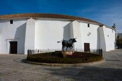 Άγαλμα του Bull μπροστά από το χώρο Plaza de Toros αρενών ταυρομαχίας Στοκ φωτογραφία με δικαίωμα ελεύθερης χρήσης