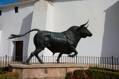 Άγαλμα του Bull μπροστά από το χώρο Plaza de Toros αρενών ταυρομαχίας Στοκ Εικόνες