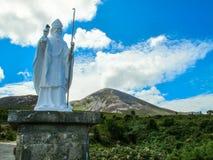 Άγαλμα του ST Πάτρικ μπροστά από Crough Πάτρικ Mountain στοκ φωτογραφία