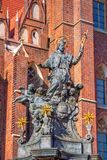 Άγαλμα του ST John Nepomuk με χρυσά Nimbus, τα αστέρια και τους αγγέλους Στοκ Εικόνες