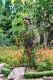 Άγαλμα των λουλουδιών στη μορφή του πολεμιστή στο πάρκο στοκ φωτογραφίες