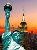 Άγαλμα των ουρανοξυστών σούρουπου αμερικανικού ηλιοβασιλέματος πόλεων της Νέας Υόρκης ελευθερίας Στοκ φωτογραφία με δικαίωμα ελεύθερης χρήσης