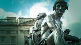 Άγαλμα χαλκού επιστήμης και τέχνης πέρα από το funtain Στοκ Εικόνες