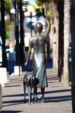 Άγαλμα χαλκού της κυρίας που κυματίζει που αντιμετωπίζεται από πίσω Στοκ Φωτογραφία