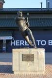 Άγαλμα χαλκού του Aaron δεσμίδων έξω από τον τομέα του Turner στην Ατλάντα, GA στοκ εικόνες