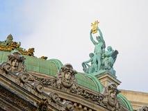 Άγαλμα χαλκού Apolo πάνω από την όπερα του Παρισιού, Γαλλία, πλάγια όψη Στοκ Εικόνες