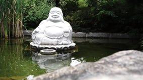 Άγαλμα Budha στη λίμνη φιλμ μικρού μήκους