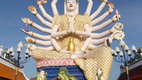 Άγαλμα Guanyin στο ναυπηγείο του ναού βουδισμού Άγαλμα Guan Yin με πολλά όπλα που βρίσκονται στο ναυπηγείο παραδοσιακού βουδιστικ φιλμ μικρού μήκους