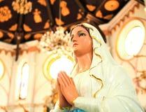 Άγαλμα Mary που προσεύχεται στο σχεδιάγραμμα στοκ εικόνες