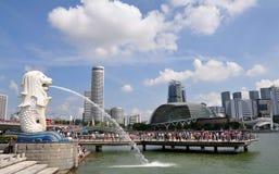Άγαλμα Merlion με τον ορίζοντα πόλεων της Σιγκαπούρης, κόλπος μαρινών Στοκ εικόνες με δικαίωμα ελεύθερης χρήσης