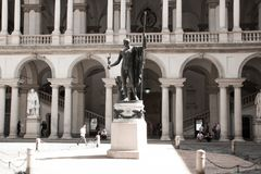 Άγαλμα Napoleon ως Άρη ο ειρηνοποιός από το Antonio Canova στο κύριο προαύλιο Palazzo Brera, σπίτι Accademia Di Belle Στοκ Φωτογραφία