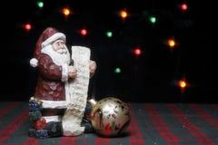 Άγαλμα Santa με τον κατάλογο και τη διακόσμηση Στοκ Εικόνες