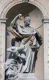 Άγαλμα Αγίου στην μπαρόκ εκκλησία Jesuits στη Βιέννη στοκ φωτογραφία