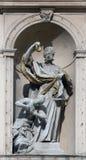 Άγαλμα Αγίου στην μπαρόκ εκκλησία Jesuits στη Βιέννη στοκ εικόνα