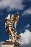 Άγαλμα αγγέλου επάνω από τον ουρανό Στοκ Εικόνες