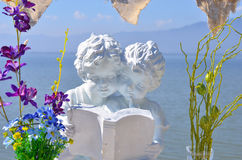 Άγαλμα αγοριών και κοριτσιών Στοκ εικόνα με δικαίωμα ελεύθερης χρήσης