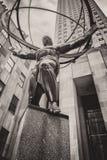 Άγαλμα ατλάντων στη Πέμπτη Λεωφόρος στην της περιφέρειας του κέντρου πόλη της Νέας Υόρκης Στοκ Φωτογραφία