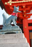 Άγαλμα αλεπούς μπροστά από Fushimi Inari Taisha στοκ φωτογραφία