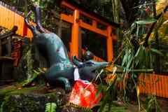 Άγαλμα αλεπούδων σε Fushimi Inari, Κιότο στοκ φωτογραφίες με δικαίωμα ελεύθερης χρήσης