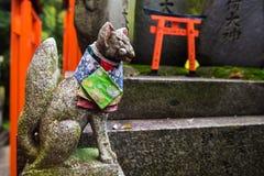 Άγαλμα αλεπούδων σε Fushimi Inari, Κιότο στοκ φωτογραφίες