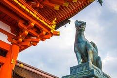 Άγαλμα αλεπούδων στη λάρνακα Fushimi Inari στο Κιότο, Ιαπωνία στοκ εικόνες