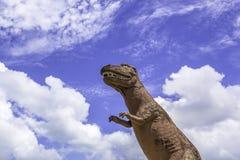 Άγαλμα δεινοσαύρων με το μπλε ουρανό Στοκ Φωτογραφίες
