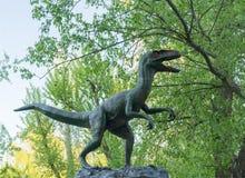 Άγαλμα δεινοσαύρων στο δασικό πάρκο, κατώτατη άποψη Στοκ Εικόνες