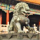 Άγαλμα ενός λιονταριού κοντά στην πύλη στο παλάτι Πεκίνου Στοκ Εικόνες