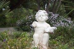 Άγαλμα ενός παιδιού με το σπασμένο χέρι Στοκ Εικόνα