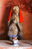 Άγαλμα ενός πιθήκου σε μια ξύλινη γέφυρα σε Hoi μια πόλη, Βιετνάμ Στοκ Εικόνα