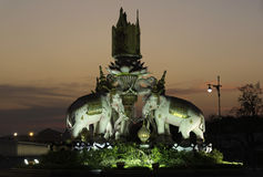 Άγαλμα ελεφάντων μπροστά από το μεγάλο παλάτι Στοκ Φωτογραφίες