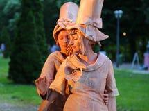 Άγαλμα διαβίωσης - γαλλικές γυναίκες ευτυχείς στοκ φωτογραφίες