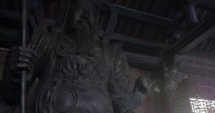 Άγαλμα και θυμίαμα πολεμιστών Bai Dinh στο ναό, Βιετνάμ απόθεμα βίντεο