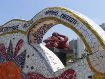 Άγαλμα και περίκομψος κεραμωμένος πάγκος σε Miraflores, Λίμα Στοκ Εικόνες