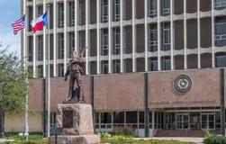 Άγαλμα και σημαίες στο δικαστήριο κομητειών Galveston Στοκ φωτογραφία με δικαίωμα ελεύθερης χρήσης