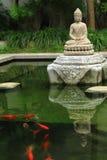 Άγαλμα και ψάρια του Βούδα στοκ φωτογραφίες