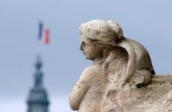 Άγαλμα με το γαλλικό πέταγμα σημαιών στοκ φωτογραφίες με δικαίωμα ελεύθερης χρήσης