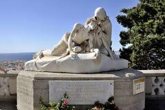 Άγαλμα μπροστά από τη βασιλική του Λα Garde της Notre Dame de Στοκ εικόνες με δικαίωμα ελεύθερης χρήσης