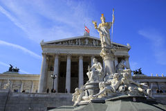 Άγαλμα μπροστά από το αυστριακό Κοινοβούλιο στη Βιέννη Στοκ εικόνα με δικαίωμα ελεύθερης χρήσης