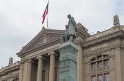 Άγαλμα μπροστά από το παλάτι της δικαιοσύνης στο Σαντιάγο Στοκ Εικόνα