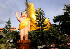 Άγαλμα-μωρό του Βούδα κοντά στο χρυσό Βούδα κοντά στη βιετναμέζικη πόλη Dalat Στοκ Εικόνες