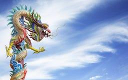 Άγαλμα δράκων, κινεζικό ύφος στον ουρανό Στοκ Εικόνες